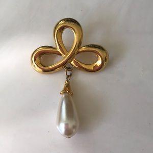 Vintage gold tone metal and drop pearl brooch pin